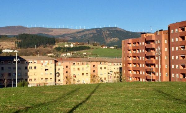 El barrio de San Fausto con Oiz al fondo FOTO: dotb.eus